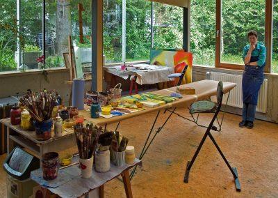 Hilde Chistè mitten im kreativen Denkprozess, die Natur rundherum wirkt mit, Aufnahme: © Hilde Chistè