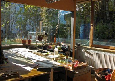 Blick aus dem Atelier Hilde Chistè hinaus in die Natur, die Natur spielt herein und beflügelt im kreativen Tun, Aufnahme: © Hilde Chistè