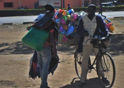 Zwei Straßenhändler schwatzen in den Straßen von Chipata/Sambia, Aufnahme: © Hilde Chistè
