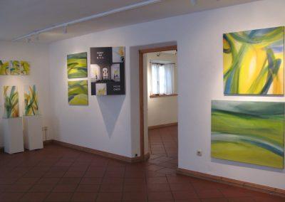 """Ausgestellte Glasmalereien und Leinwandbilder auf der Ausstellung """"Bilder der Freude"""", Aufnahme: © Hilde Chistè"""