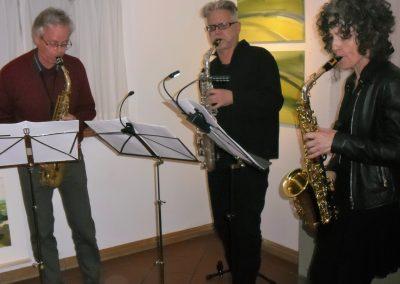 Das SaxNie-Haustrio sorgt für eine angenehme musikalische Umrahmung der Ausstellung von Hilde Chistè, Aufnahme: © Josef Chistè