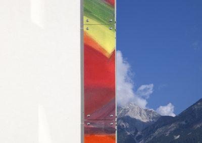 Eckverglasung Südtirolersiedlung in Absam mit Blick in die Berge © Gestaltung Hilde Chistè © Aufnahme Dorfstterer