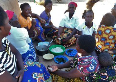 Frauen beim gemeinsamen Essen in Sambia, Aufnahme: © Hilde Chistè