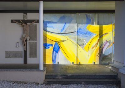 Glasschiebeelemente am Friedhof Schönberg II, Malerei mit keramischen Schmelzfarben, Gestaltung © Hilde Chistè, © Aufnahme: Clemens Jud
