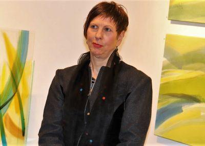 """Hilde Chistè bei der Ausstellung """"Bilder zur Freude"""", Sie lauscht entspannt den Klängen der Live Musik Aufnahme: © Josef Chistè"""