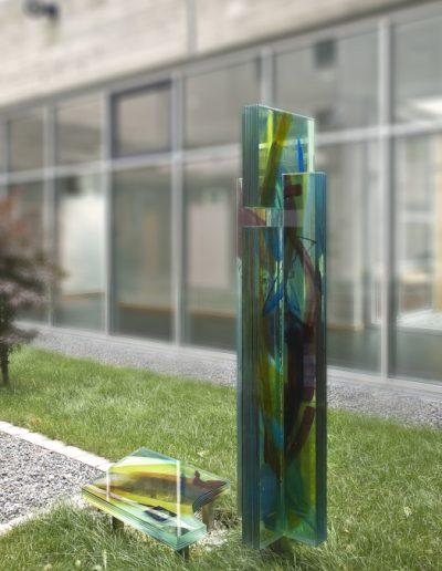 Josef King Gedenkstele - 2-teilige Glasskulptur - Handmalerei mit keramischen Schmelzfarben © Gestaltung: Hilde Chistè, © Aufnahme: Dorfstetter