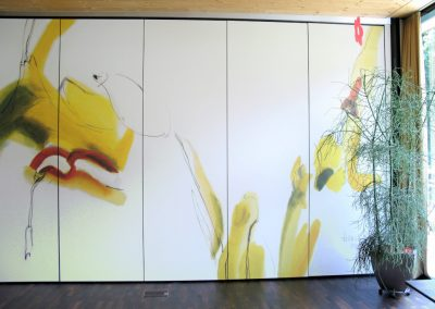Wohnheim Saggen Innsbruck - Künstlerisch gestaltete Falttrennwand harmoniert mit Zimmerpflanze © Hilde Chistè