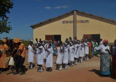 Einweihungsfeier der neuen Kirche in Chiponde mit dem Fassadenkreuz © Hilde Chistè