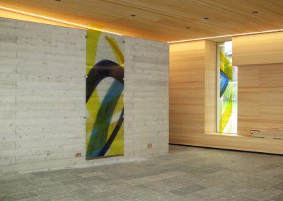 Verabschiedungsraum Friedhof Eben am Achensee - Blick auf zwei der Glasmalereien © Hilde Chistè