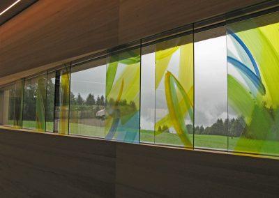 Verabschiedungsraum Friedhof Eben am Achensee - Die Gläser vor dem Fensterband © Hilde Chistè