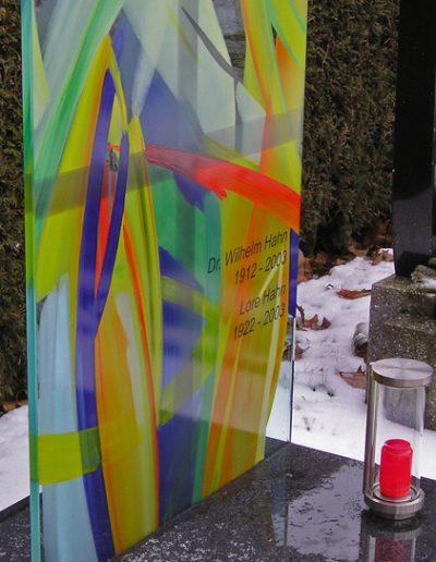 Gläsernes Grabbild in Konbination mit poliertem Stein © Hilde Chistè