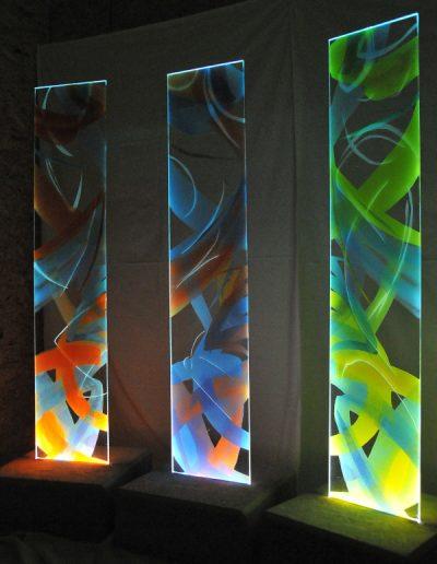 Glasstelen mit Malerei, Sandstrahlung und Beleuchtung von Hilde Chistè © Zeggl