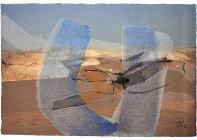 In sanften Farben werden die Bewegungen der Landschaft und der Wüste aufgenommen, in ruhigen Formen werden Wind und Weite gestaltet. Es scheint gerade so als ob die erhaschten Augenblicke und Momente, die auf Papier zum Vorschein kommeWeiße Wüste -Stein und Wind II - Mischtechnik auf Papier © Hilde Chistè